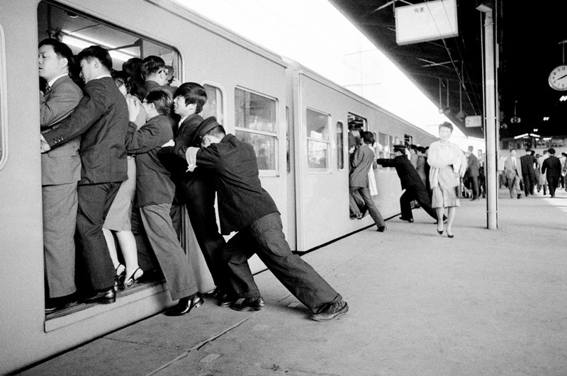 Commuting Japanese style, 1973-dc-photography-jb28-japan--tokyo-commuters-1973-main-637067826289746702.jpg