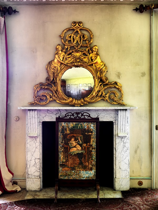 Gold Mirror on a Mantlepiece-dc-photography-sb32-goldroundbedroommirroroverfireplace-main-637068198553570497.jpg