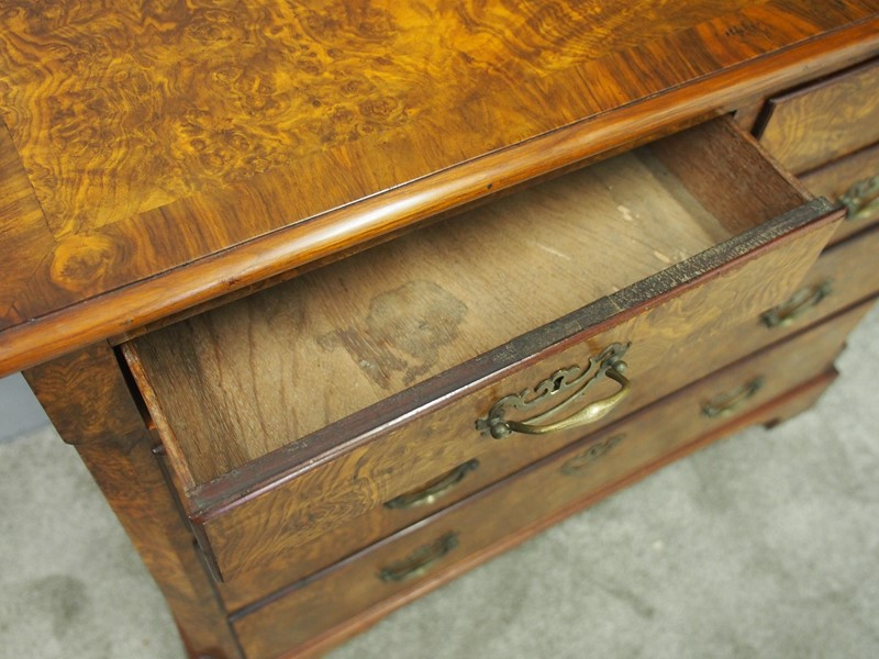 George III Figured Walnut Chest of Drawers-georgian-antiques-p9031613-main-637412377106986683.JPG