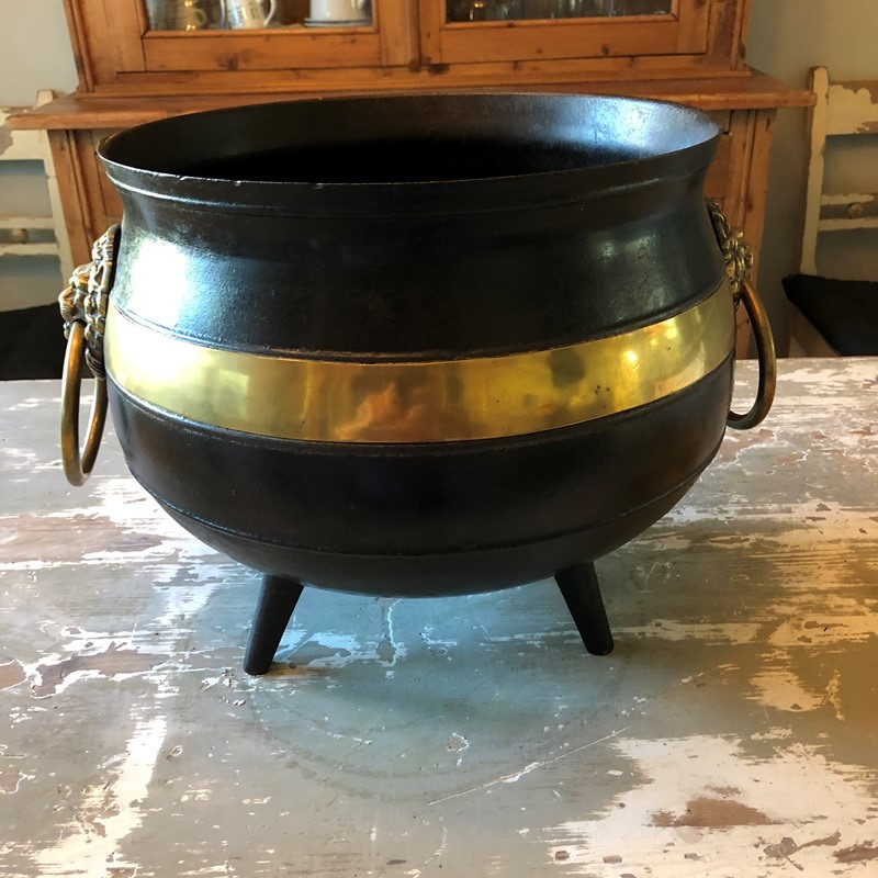 A brass and iron Witches Cauldron -marchand-antiques-12207637-5e86-41b3-a711-95b4c7f39bcf-main-637341283749359387.jpeg