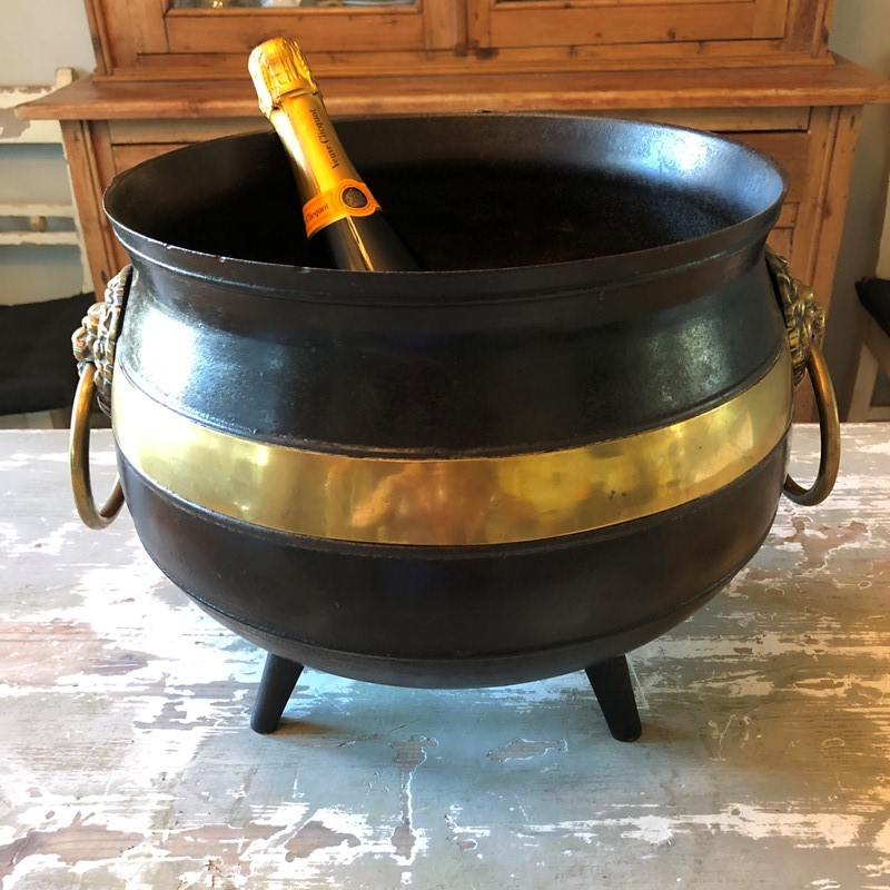 A brass and iron Witches Cauldron -marchand-antiques-e767e6ec-2121-4a60-8f25-3a0f83b640df-main-637341283783109690.jpeg