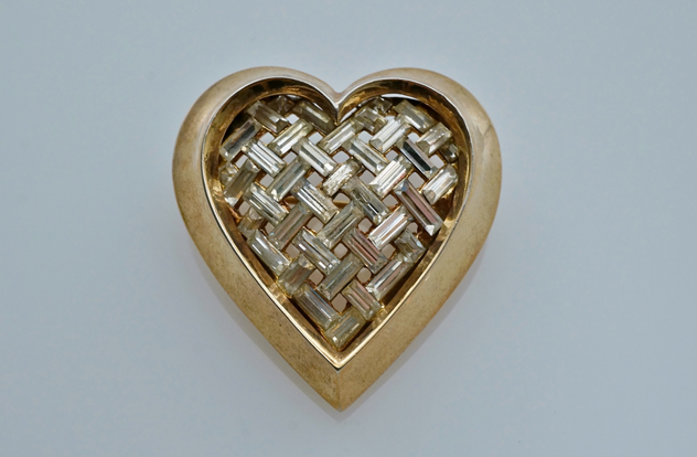 Trifari heart brooch, gilt, by Alfred Philippe-roomscape-DSC03114 (2) (1500x983)_main.jpg