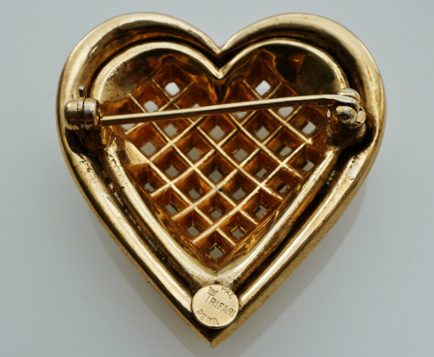 Trifari heart brooch, gilt, by Alfred Philippe-roomscape-DSC03122 (1500x1233)_main.jpg