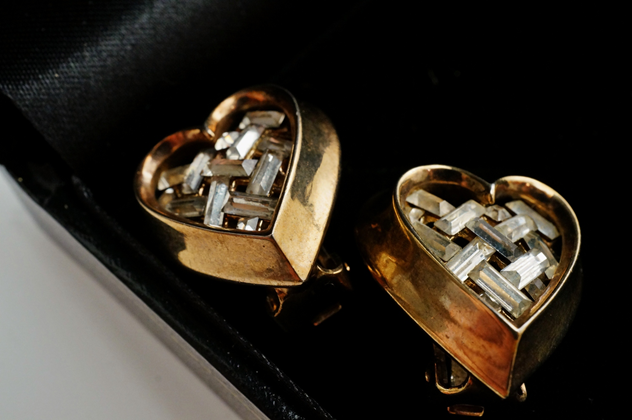 Trifari heart earrings, gilt, by Alfred Philippe-roomscape-DSC03169 (1500x997)_main.jpg