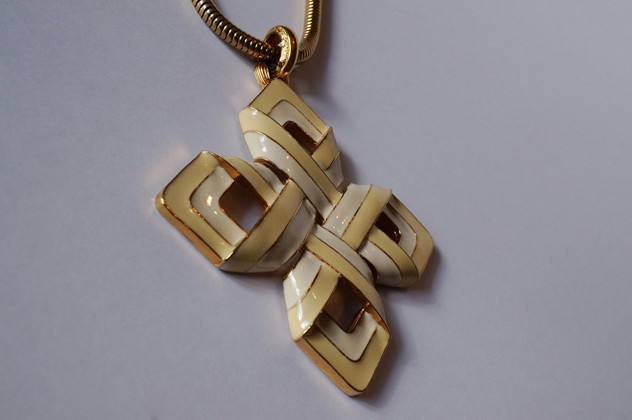 D`Orlan sculptural necklace & pendant gold enamel-roomscape-DSC09610 (1500x997)_main_636116244596939859.jpg